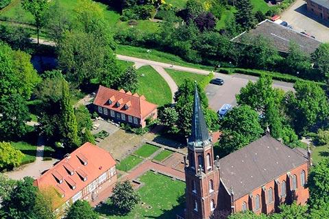 Klosterpark mit kirche