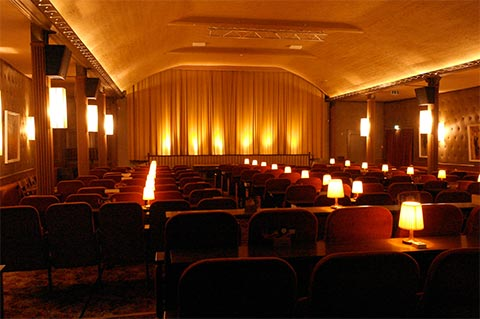 Kinosaal mit Vorhang